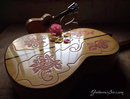 Guitarra personalizada con tallado de Rosas.
