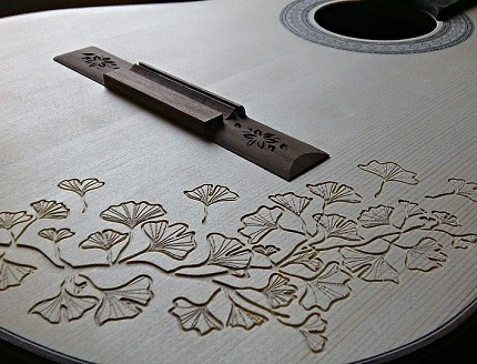 Guitarra personalizada con tallados especiales.