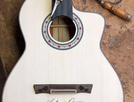 Detalles de personalización en la tapa de la guitarra de Antonio Orozco.