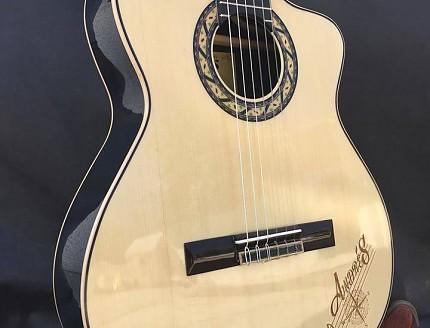Guitarra personalizada con nombre tallado en la tapa.