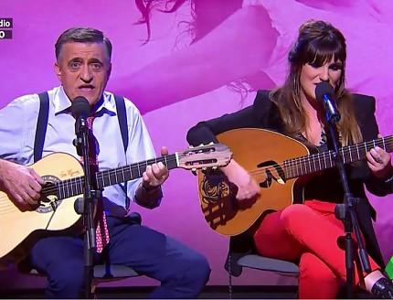 El gran Wyoming y Rozalén con sus guitarras BROS , cantan en directo en El Intermedio.