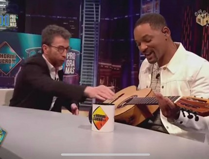Pablo Motos regala a Will Smith una guitarra BROS !