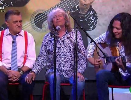 Tomatito con guitarra  Bros en mano, acompañando a Wyoming y  José Mercé.